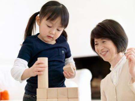 Trẻ con rất thích được tham gia vào những công việc người lớn đang làm.