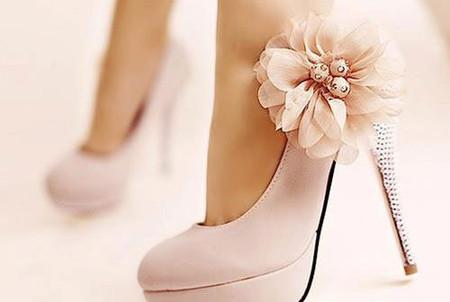Chọn giày phù hợp với dáng váy cho cô dâu  2