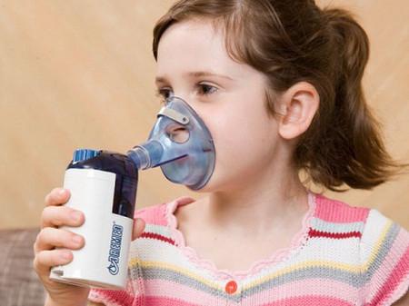 Trẻ dễ bị bệnh về đường hô hấp do thời tiết thay đổi.