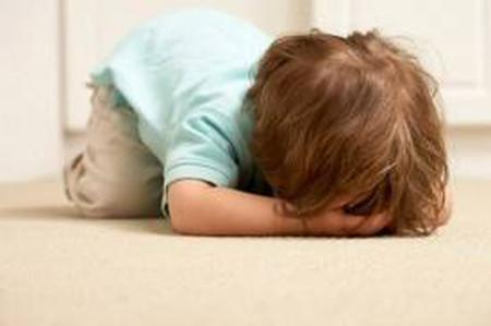 Mỗi lần đòi gì không được cha mẹ đáp ứng ngay, bé Bean (3 tuổi) khóc thét lên rồi đập đầu xuống nền nhà.