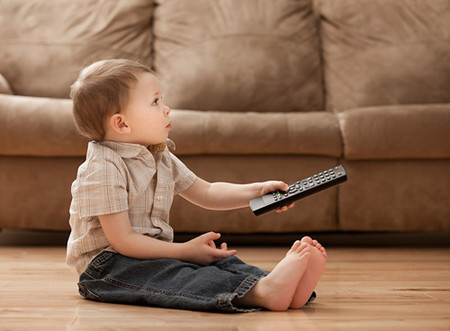 Xem tivi quá nhiều ảnh hưởng đến trí não của trẻ.