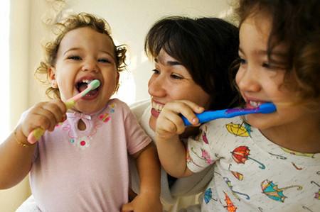 Đánh răng là cách tốt nhất để giữ gìn vệ sinh răng miệng và chống sâu răng cho trẻ.
