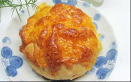 Với bánh mỳ nhân thịt kiểu này các miếng thịt được rải đều trong chính bột bánh nên ăn thú vị hơn và ít ngán.