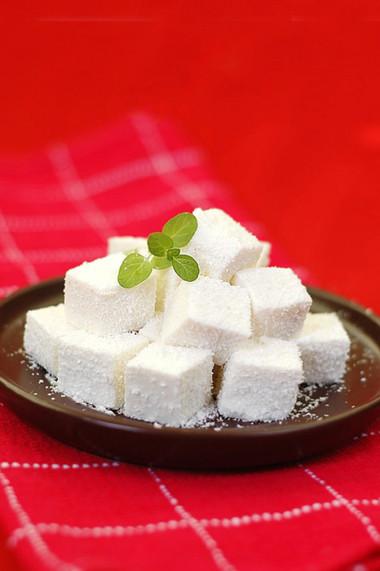 Từng viên bánh tuyết trắng ngần lấm tấm những hạt dừa bên ngoài nhìn thật mát mắt và hấp dẫn