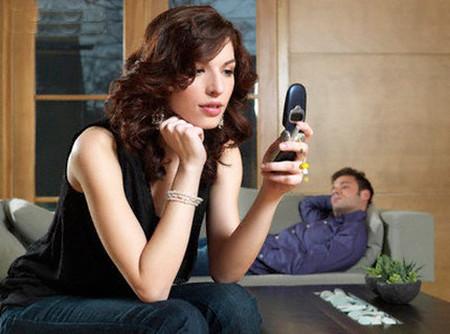 Thật kinh khủng vì những điều trong điện thoại của chồng.