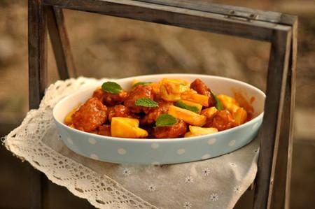 vị chua, mặn, ngọt lại hòa quyện trong những miếng thịt vàng sánh quyến rũ.