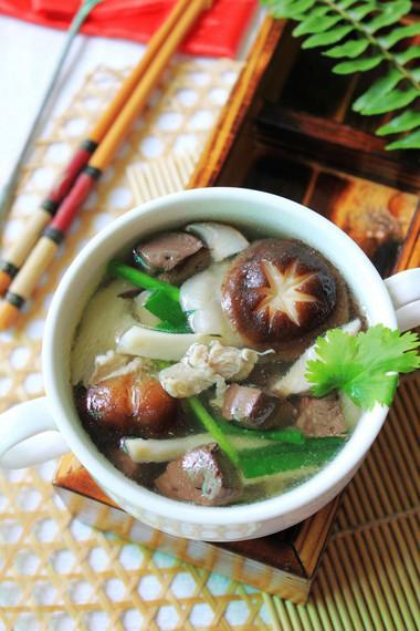 Nấu canh nấm sẽ giúp bạn tiết kiệm thời gian vào bếp mà cả nhà vẫn có món ăn ngon, đủ chất cho bữa tối.