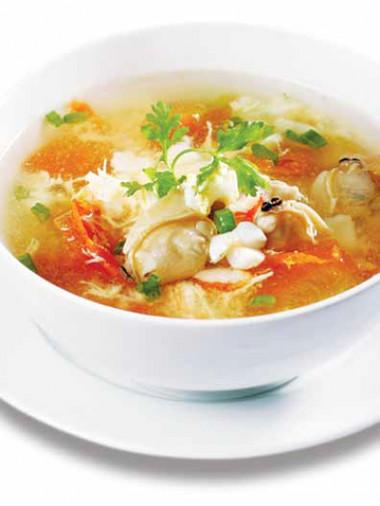 Món canh có vị chua nhẹ của cà, lại đầy đủ chất dinh dưỡng khi được kết hợp đa dạng các loại thịt và hải sản, giúp bé thêm ngon miệng.