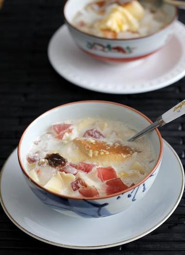 nước cốt dừa béo ngậy, thạch và nhãn khô giòn mát, bạn đã có món ăn giải nhiệt sảng khoái.