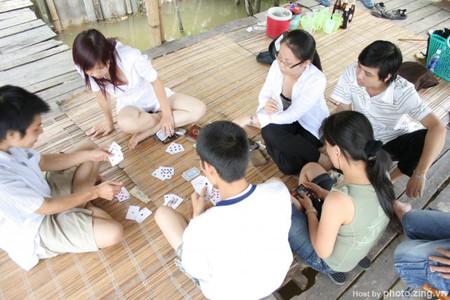Anh hăm hở sang chơi đánh bài cùng bạn bè mà không thèm để ý đến thái độ của tôi