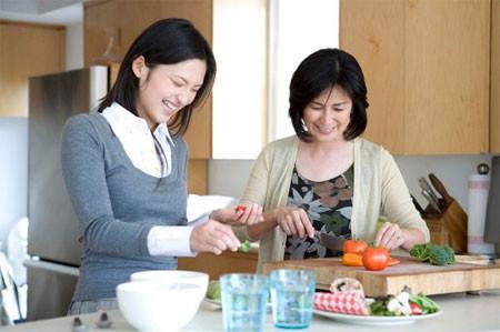 Mẹ chồng liên tục nhắc ngàng dâu về vệ sinh an toàn thực phẩm.