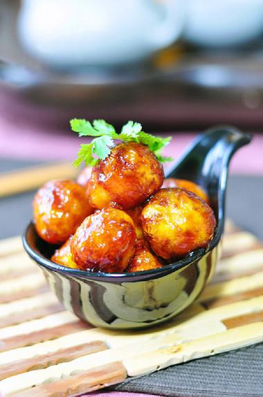 Vỏ ngoài trứng dai, thơm, xốp, rất hấp dẫn, nhất là vị xốt cà chua ngọt khiến cho bạn ăn mãi không chán.