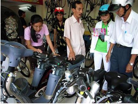 Xe đạp điện được nhiều người tìm mua hơn sau khi xăng tăng giá