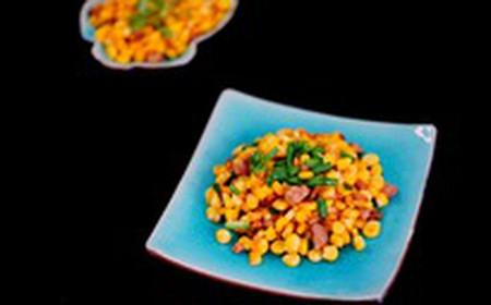 những hạt ngô vừa giòn vừa ngọt kết hợp cùng thịt heo xào cháy cạnh thơm thơm tạo nên hương vị thật hấp dẫn.