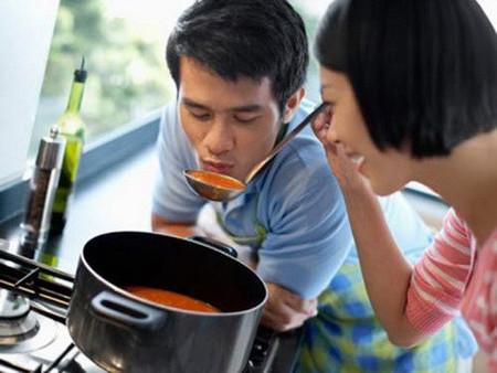 Ngày nào anh cũng sang xem xét tôi nấu nướng rồi góp ý, chê bai đủ cả...