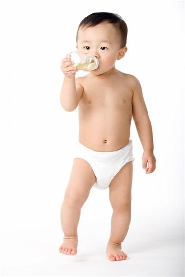 Bố mẹ nên để trẻ tập đi, tập đứng phù hợp với sự phát triển tự nhiên của bé