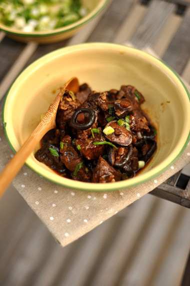 món thịt bò hầm nấm cho bữa sáng, ăn kèm bánh mỳ hoặc bún đều ngon.