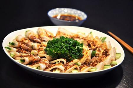 Vị đậm đà của mắm thấm đẫm trong vị ngọt của thịt, quyện với hương thơm của các loại rau ăn kèm đem lại cho người ăn sự ngon miệng rất khó diễn tả.