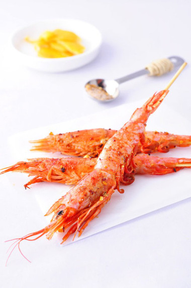 Vỏ tôm giòn rụm, đậm đà và thoảng hương thơm tự nhiên của muối bưởi rất dễ chịu, kích thích.