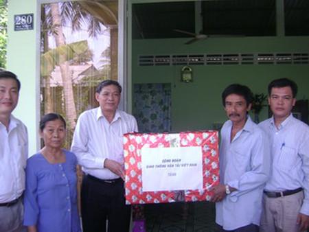 Tham gia làm từ thiện, giúp đỡ người nghèo