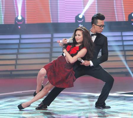 Vy Oanh và Trấn Thành đảm nhận vai trò MC của chương trình.
