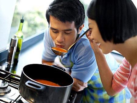 Làm người vợ biết quan tâm chăm sóc chồng.