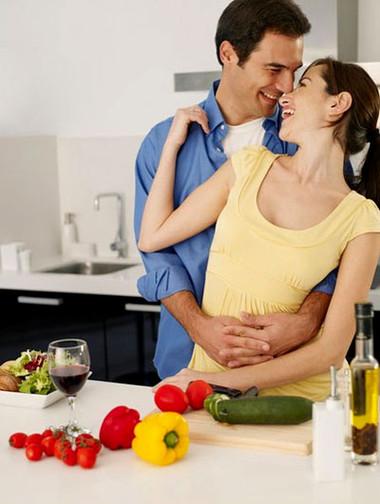 Anh chàng này không thể cưỡng lại được khi nhìn vợ nấu ăn.