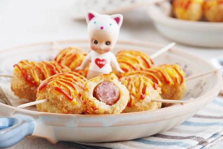 Vị thơm của sữa, vị béo của dầu, chút giòn của bánh, thêm xúc xích mềm tạo nên hương vị cho món xúc xích chiên giòn tuyệt ngon!