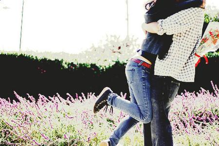 Cô yêu anh, yêu tha thiết và trái tim như chỉ còn nước nhảy xổ ra khỏi lồng ngực mà quấn lấy anh.