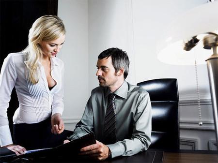 Môi trường làm việc toàn nam giới nhưng cô ấy luôn mặc áo hở ngực đi làm.