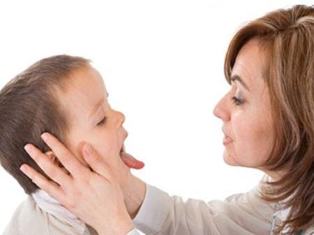 Mùa nóng, sức đề kháng của bé giảm, kém ăn nên dễ viêm đường hô hấp.