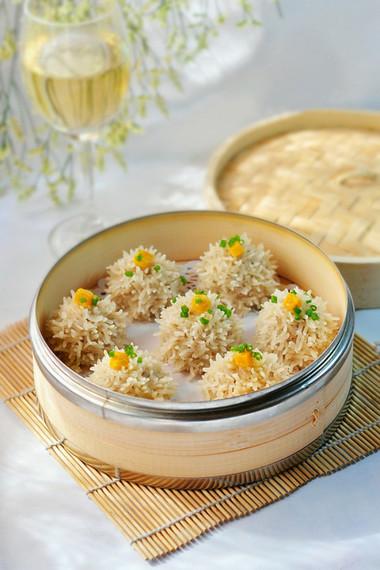 chiếc bánh này còn có hương vị rất thơm ngon từ nhân thịt ngấm đều các gia vị và đặc biệt là hương vị trứng muối rất đặc trưng.
