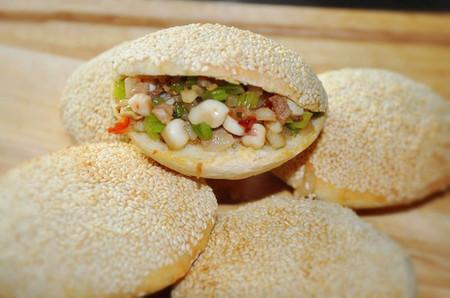 chiếc bánh sẽ trở nên đậm vị và hấp dẫn hơn nhiều cùng phần nhân thịt xào mực và rau củ thơm ngon.