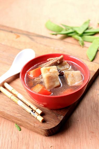 Món canh sườn kiểu này rất phù hợp với bữa cơm mùa hè bởi một trong những nguyên liệu chính để làm nên món canh là sắn dây thanh mát rất dễ ăn.
