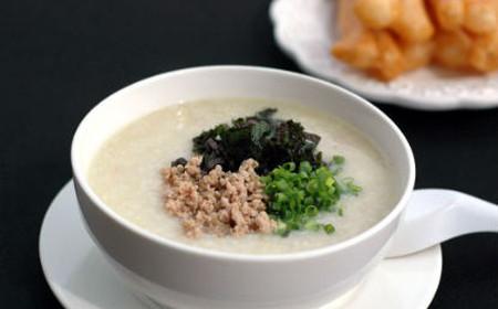 Cháo thịt đậu xanh ăn rất mát và ngọt, đảm bảo nguồn dinh dưỡng cần thiết để bắt đầu một ngày mới.