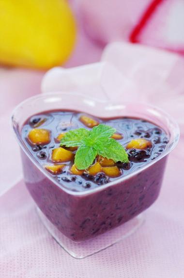 Chè xoài nếp cẩm là sự kết hợp hài hòa vị dẻo của nếp, vị thơm ngọt của xoài và vị béo ngậy của nước cốt dừa, lại có màu sắc khá đẹp mắt.