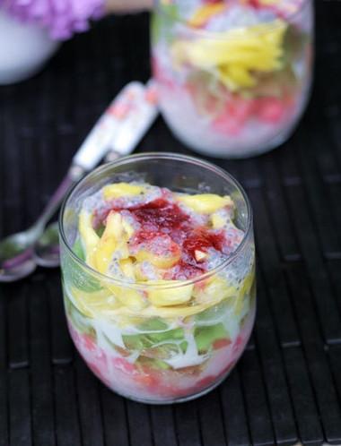 Cốc chè hấp dẫn với màu vàng của mít, xanh của thạch lá nếp và hồng của sương sa hạt lựu, ăn vào ngọt mát, sảng khoái.