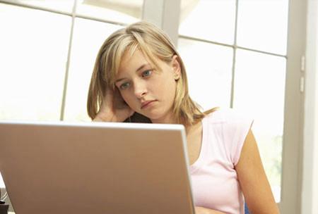"""Dù công việc rất bạn nhưng sáng nào chị cũng phải vào facebook để xem chồng """"chém gió"""" thế nào."""
