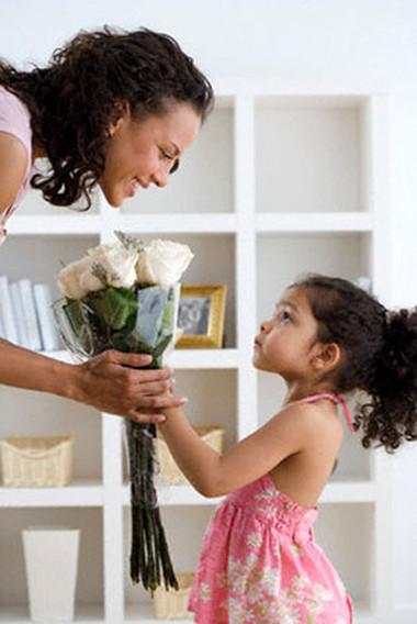 Cuộc sống của hai mẹ con sẽ an nhàn và thanh thản hơn khi không bị san sẻ tình cảm cho người khác.