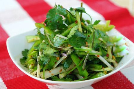 """Món nộm dưa chuột mát mắt với màu xanh mướt sẽ lôi kéo các """"thực khách"""" trong bữa cơm ngày nắng."""