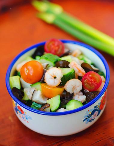 món salad tôm tưởng như quen thuộc lại khá lạ với cái ngọt dịu của nấm, dưa chuột và tôm thịt lẫn trong cái giòn sần sật của mộc nhĩ.