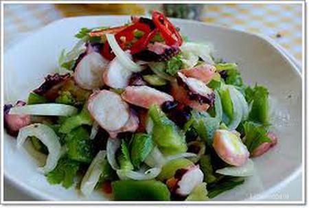 Món salad bạch tuộc hấp dẫn ở vị giòn của bạch tuộc và dưa leo kết hợp cùng những sợi miến dai mà mềm, thấm đẫm nước xốt đậm đà.