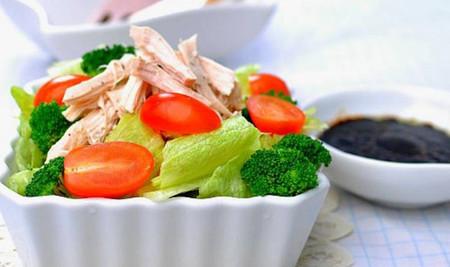 Món salad gà đơn giản đầy dưỡng chất là lựa chọn tuyệt vời dành cho các bạn muốn ăn kiêng!