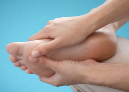 2. Chân và các ngón chân nhợt nhạt 1