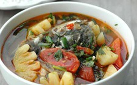 Món canh cá nấu dứa không chỉ kích thích vị giác mà màu sắc cũng vô cùng hấp dẫn