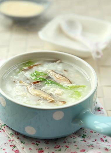 Cháo gà thơm ngậy mà thanh với nấm cùng rau xà lách nên rất dễ ăn.