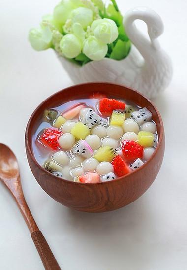 Ăn vài miếng hoa quả kèm một hạt trân châu trong thìa chè thập cẩm này, sự giao thoa hương vị sẽ khiến bạn tưởng như mình đang ăn một thứ quả tươi có tên là trân châu!