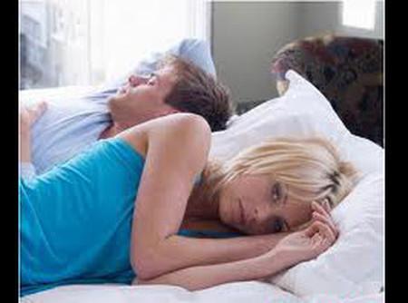 là vợ chồng mà đến một sự va chạm vào người còn khó chứ đừng nói chi một lời yêu thương, một cái ôm âu yếm …