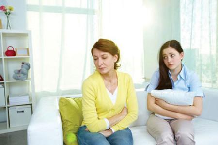 Tối nào mẹ chồng cô cũng lên phòng vợ chồng cô với vẻ mặt rầu rĩ mệt mỏi.