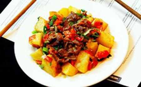Khoai tây mềm, giòn vỏ, thịt bò mềm, không dai, cần tỏi tây thơm phức chắc chắn sẽ làm bữa cơm nhà bạn thêm ngon.